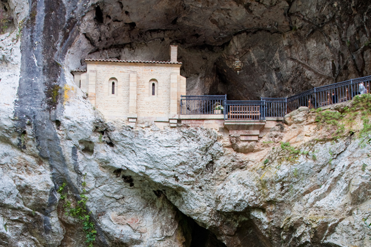 Vista de la Cueva en Covadonga, Asturias